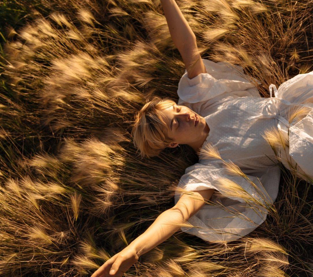 Mujer en la hierba